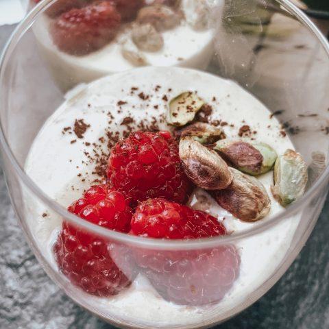 smaczny przepis na deser - Chałwowe parfait z pistacjami